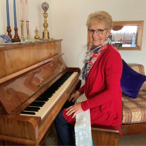 Tannie Hestelle 'Sarrisam' het musiek in haar bloed en een van haar gelukkigste plekke op die plaas is voor haar klavier.